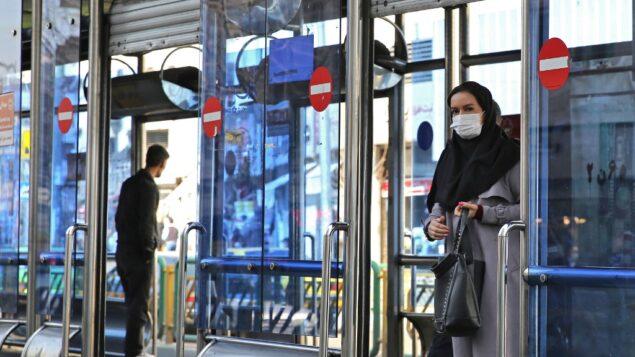 امرأة إيرانية ترتدي قناعًا وقائيًا في العاصمة طهران، 4 مارس 2020 (ATTA KENARE / AFP)