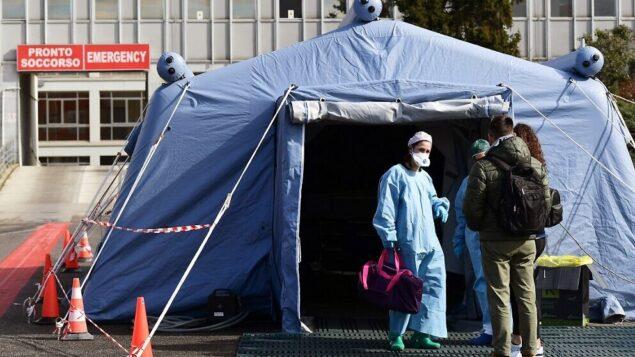 أشخاص يصلون إلى خيمة طبية دخارج مستشفى كريمونا، شمال إيطاليا، 4 مارس 2020 (Miguel MEDINA / AFP)