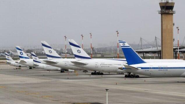 طائرات بوينغ  737 تابعة لشركة إل عال على مدرج في مطار بن غوريون الدولي قرب تل أبيب، 10 مارس، 2020. إسرائيل فرضت أمر حجر صحي على المسافرين الذين يدخلون أراضيها لمدة أسبوعين. (JACK GUEZ / AFP)