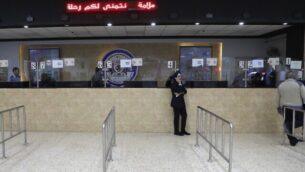 معبر أللنبي، الممر الرئيسي من الضفة الغربية إلى الأردن، في صورة تم التقاطها في 10 مارس، 2020، بعد إغلاقه بشكل جزئي بسبب المخاوف من انتشار فيروس كورونا. (Photo by ABBAS MOMANI / AFP)