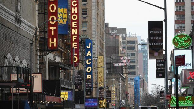 اعلانات لمسرحيات في برودواي، نيويورك، 12 مارس 2020 (ANGELA WEISS / AFP)