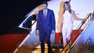 صورة من الأرشيف لرئيس الوزراء الإسباني بيدرو سانشيز وزوجته بيغونا سانشيز يصلان إلى مطار 'كانساي' في مدينة إيزوميسانو، في محافظ أوساكا، في 27 يونيو، 2019  قبيل قمة مجموعة العشرين في أوساكا.   (Photo by CHARLY TRIBALLEAU / AFP)