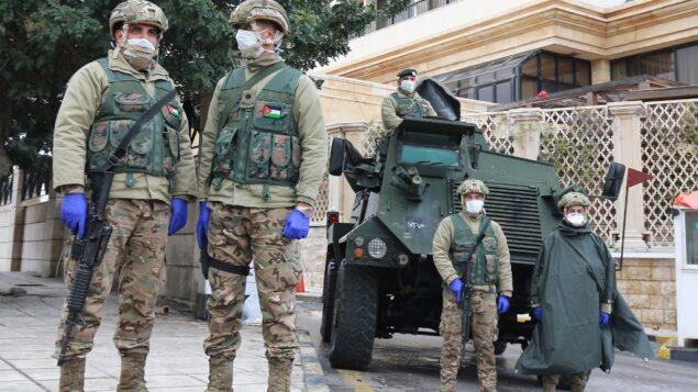 جنود أردنيون يراقبون في العاصمة عمان، حيث يتخذ الأردن إجراءات لمحاربة انتشار فيروس كورونا، 18 مارس 2020 (KHALIL MAZRAAWI / AFP)