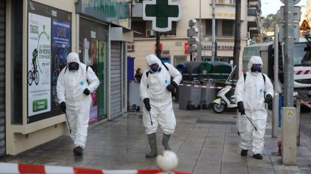 عمال البلدية يرشون مواد مطهرة في شارع بمدينة نيس في الريفييرا الفرنسية، 26 مارس 2020 (VALERY HACHE / AFP)