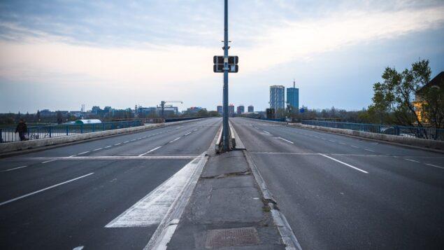صورة توضيحية: جسر فارغ في صربيا اثناء منع تجول يهدف للحد من انتشار وباء فيروس كورونا، 30 مارس 2020 (ANDREJ ISAKOVIC / AFP)