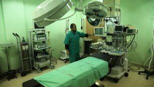 موظف في وزارة الصحة الفلسطينية يتفقد مستشفى بيت حانون في شمال قطاع غزة بعد توقف خدماته في 29 يناير، 2019، بعد نفاذ الوقود فيه. (Mahmud Hams/AFP)