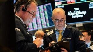 تجار يعملون على أرضية بورصة نيويورك (NYSE) في 12 مارس 2020 في مدينة نيويورك (Jeenah Moon / Getty Images / AFP)