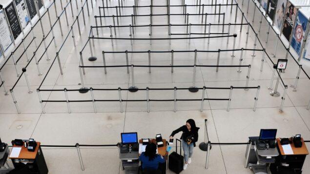 محطة المغادرة الدولية في مطار جون إف كينيدي (JFK) خالية مع تزايد القلق بشأن فيروس كورونا، 7 مارس 2020، في مدينة نيويورك. (Spencer Platt/Getty Images/AFP)