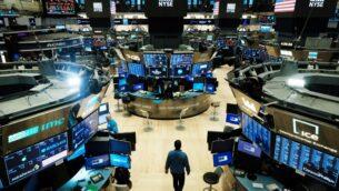 متداولون يعملون في بورصة نيويورك (NYSE) في 20 مارس 2020 (SPENCER PLATT / GETTY IMAGES NORTH AMERICA / GETTY IMAGES VIA AFP)