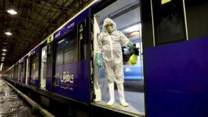 عامل يطهر قطارات المترو ضد فيروس كورونا في طهران، في الصباح الباكر من يوم 26 فبراير 2020. (AP Photo / Ebrahim Noroozi)