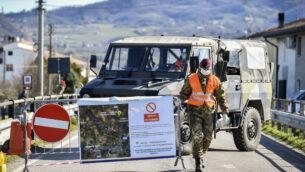 جندي من الجيش الإيطالي يغلق طريقًا يؤدي إلى قرية فو إيوغانيو، في منطقة فينيتو بشمال إيطاليا، في 28 فبراير 2020. (Claudio Fulan/LaPresse via AP)
