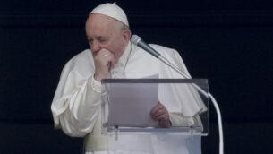 سعال البابا فرانسيس أثناء صلاة أنجيلوس التي تلاها من نافذة الاستوديو الخاص به المطل على ساحة القديس بطرس، في الفاتيكان، 1 مارس 2020. (AP Photo / Andrew Medichini)