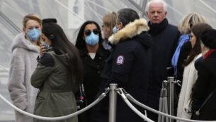 يصطف السياح، بعضهم يرتدون قناعًا، لدخول متحف اللوفر، في باريس، 28 فبراير 2020. (Rafael Yaghobzadeh/AP)