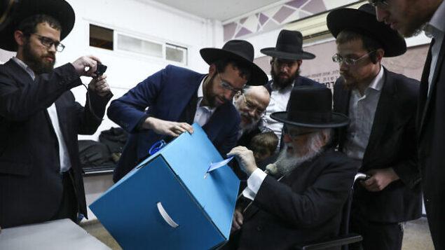 رجال يهود متشددون يصوتون أثناء الانتخابات في بني براك، إسرائيل، 2 مارس 2020. (AP Photo / Oded Balilty)