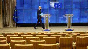 رئيس المجلس الأوروبي، شارل ميشيل، يصل لإلقاء كلمة في مؤتمر صحافي شبه خالي من الصحافيين بعد مؤتمر فيديو مع قادة الدول الكبرى السبع في مبنى المجلس الأوروبي في بروكسل، 16 مارس، 2020.(AP Photo/Olivier Matthys)