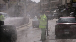 موظف في امانة عمان الكبرى يقوم بتطهير المركبات في احدى محطاتها وسط مخاوف من وباء فيروس كورونا في عمان، الاردن، 19 مارس 2020 (AP Photo / Raad Adayleh)