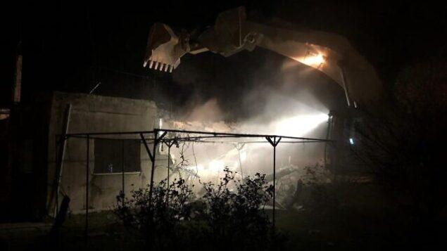 القوات الإسرائيلية تهدم  منزل أحد المستبه بهم بالضلوع في عملية تفجير أسفرت عن مقتل رينا شنيرب  ( 17 عاما) في نبع طبيعي بالضفة الغربية في العام الماضي، في منطقة رام الله في 4 مارس، 2020. (من حساب وزير الدفاع نفتالي بينيت على  Twitter)