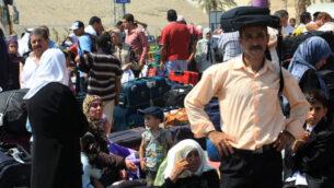 صورة توضيحية: مسافرون فلسطينيون في معبر اللنبي عام 2009 (Kobi Gideon/Flash90)