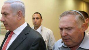 رئيس الوزراء بنيامين نتنياهو ة ومساعده آنذاك، ناتان إيشل، 28 أغسطس، 2011.   (Amit Shabi/pool/Flash90/File)