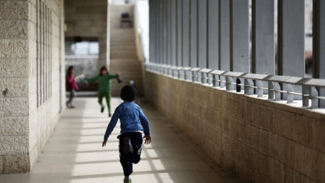 صورة توضيحية: أطفال عرب وإسرائيليون في مدرسة ماكس راين يداً بيد للتعليم الثنائي اللغة في القدس، 14 فبراير 2012. (Kobi Gideon / Flash90 / File)