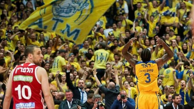 توضيحية: نادي مكابي تل أبيب لكرة السلة خلال مباراة ضد هبوعيل القدس في نهائي كأس الدولة بالقدس، 17 فبراير، 2017.  (Flash90)