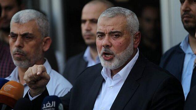 رئيس المكتب السياسي لحركة حماس، إسماعيل هنية، خلال مؤتمر صحفي عند معبر رفح مع مصر في جنوب قطاع غزة، 19 سبتمبر،  2017. (Abed Rahim Khatib/Flash90)
