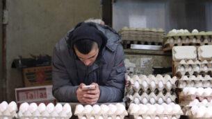 توضيحية: بائع يبيع البيض في سوق 'محانيه يهودا' في القدس، 27 يناير، 2018.