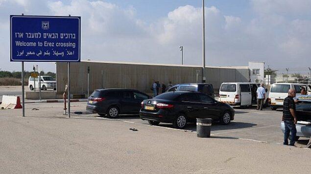 مسافرون في معبر  إيرز الذي يستخدمه الغزيون الذين يدخلون إسرائيل لتلقي علاج طبي. (Gili Yaari/Flash90)
