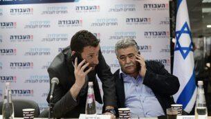عضوا الكنيست عن حزب 'العمل'، إيتسيك شمولي (يسار) وعمير بيرتس في مقر الحزب بتل أبيب، 13 فبراير، 2019.  (Tomer Neuberg/Flash90)