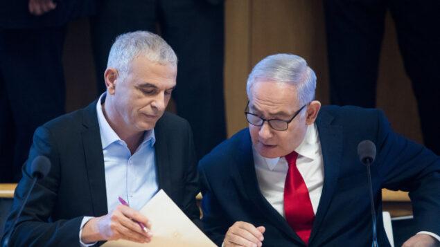 رئيس الوزراء بنيامين نتنياهو (من اليمين) ووزير المالية موشيه كحلون، في القدس، 11 مارس، 2019.  (Aharon Krohn/Flash90)
