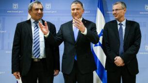 رئيس الكنيست يولي إدلشتين (وسط) يلتقي بوزراء الليكود ومفاوضي الائتلاف زئيف إلكين (يسار) وياريف ليفين (يمين)، 27 نوفمبر 2019. (Flash90)
