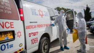 طاقم طبي بعد وصول مريضة إلى مركز شعاريه تسيديك الطبي في القدس، للاشتباه في أنها قد تكون مصابة بفيروس كورونا، 27 يناير 2020 (Yonatan Sindel / Flash90)