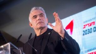 عضو كنيست حزب 'أزرق أبيض' يئير لبيد يتحدث في مؤتمر معاريف في هرتسليا، في 26 فبراير 2020. (Miriam Alster / Flash90)