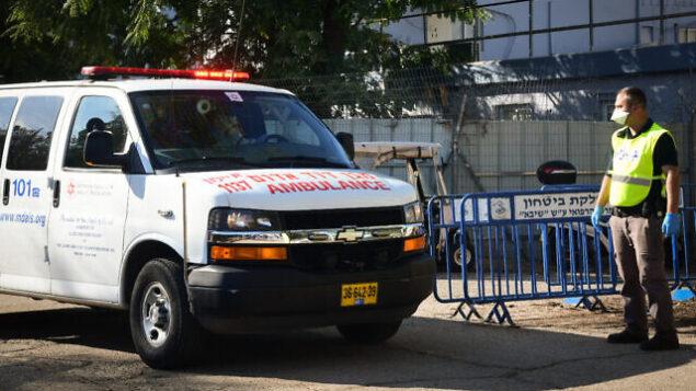 سيارة إسعاف تنقل رجلا عاد من إيطاليا وتم تشخيص إصابته بفيروس كورونا تصل إلى مستشفى 'تل هشومير'، 27 فبراير، 2020.  (Flash 90)