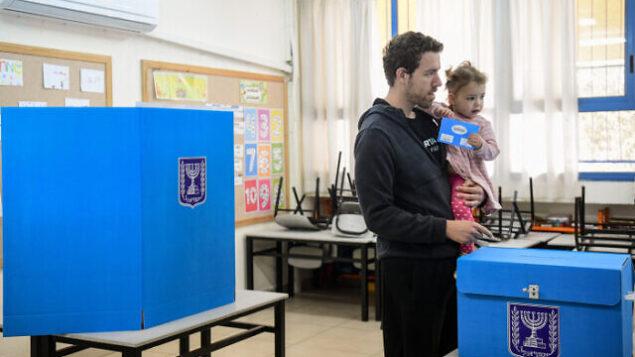 ناخب يدلي بصوته في محطة اقتراع في تل أبيب، 2 مارس 2020 (Flash90)
