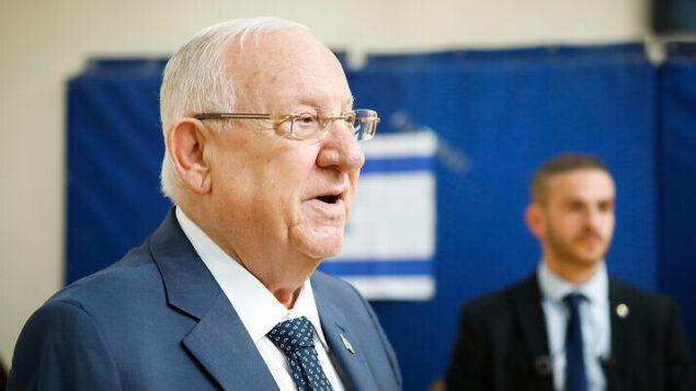 الرئيس رcوفين ريفلين يدلي بصوته في مركز اقتراع بالقدس، خلال انتخابات الكنيست، 2 مارس 2020 (Olivier Fitoussi/Flash90)