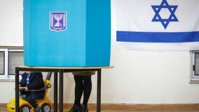 إسرائيليون يدلون بأصواتهم في مركز اقتراع بالقدس، 2 مارس 2020. (Olivier Fitoussi / Flash90)
