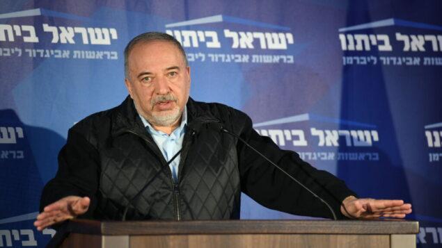 زعيم حزب 'يسرائيل بيتينو' أفيغدور ليبرمان يتحدث في مقر الحزب في موديعين، ليلة الانتخابات، 2 مارس 2020. (Sraya Diamant / Flash90)