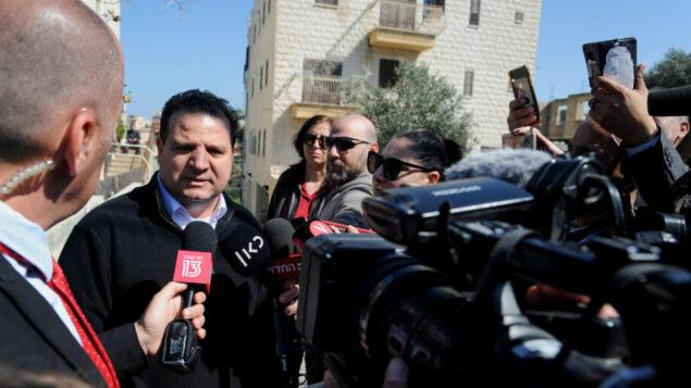 أيمن عودة أمام منزله في حيفا بصباح 3 مارس 2020  Photo by Meir Vaknin/Flash90