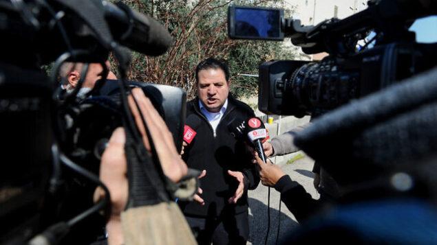 رئيس 'القائمة المشتركة'، أيمن عودة، يتحدث مع وسائل الإعلام من أمام منزله في حيفا، 3  مارس، 2020.  (Meir Vaknin/Flash90)