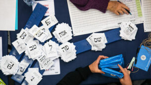 مسؤولون يقومون بفرز الأصوات من الانتخابات الأخيرة في الكنيست بالقدس، 4 مارس، 2020.  (Olivier Fitoussi/Flash90)