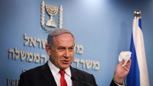 رئيس الوزراء بنيامين نتنياهو يتحدث خلال مؤتمر صحفي حول فيروس كورونا في مكتب رئاسة الحكومة بالقدس، 8 مارس، 2020. (Yonatan Sindel/Flash90)