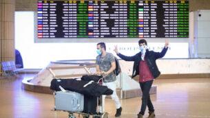 مسافرون يرتدون الأقنعة في مطار بن غوريون الدولي، 11 مارس، 2020.  (Flash90)