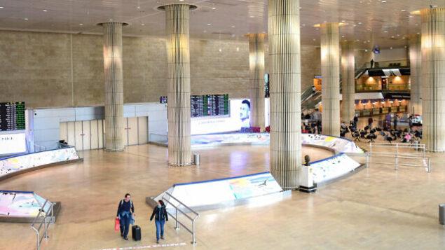صالة الوصول الخالية تقريبا في مطار بن غوريون الدولي، 11 مارس، 2020. (Flash90)