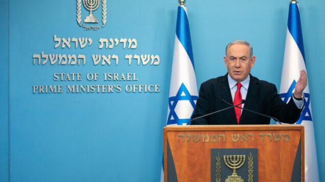 رئيس الوزراء بنيامين نتنياهو يعقد مؤتمرا صحفيا في مكتب رئيس الوزراء في القدس، 12 مارس 2020 (Olivier Fitoussi / Flash90)