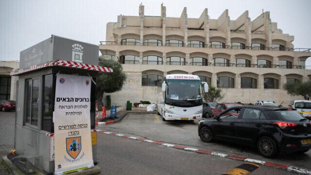 فندق دان في القدس الذي تم تحويله إلى منشأة لاستقبال مرضى فيروس كورونا، 17 مارس، 2020.(Olivier Fitoussi/Flash90)