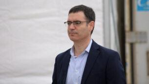 المدير العام لوزارة الصحة موشيه بار سيمان-طوف في موقع لفحص فيروس كورونا داخل السيارات في تل أبيب، 20 مارس 2020. (Tomer Neuberg / Flash90)