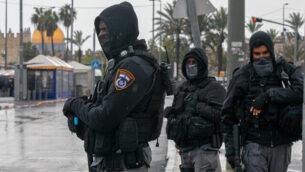 عناصر في الشرطة الإسرائيلية تقف خارج البلدة القديمة بالقدس، 20 مارس، 2020.(Olivier Fitoussi/Flash90)