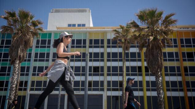 أشخاص يمارسون الرياضة على ممشى شاطئ تل أبيب، 25 مارس، 2020.  (Miriam Alster/Flash90)