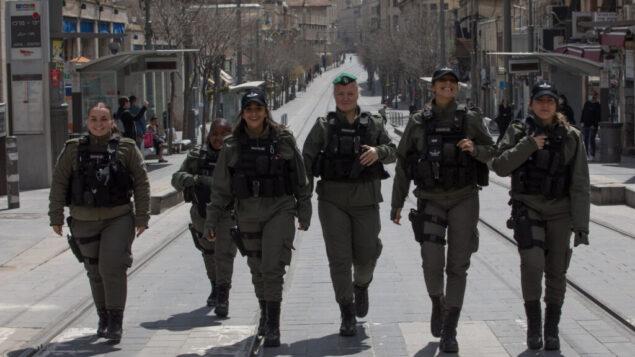 الشرطة تقوم بدورية في وسط مدينة القدس للتأكد من أن الناس لا يخالفون الإغلاق الجزئي، 26 مارس 2020 (Nati Shohat / FLASH90)
